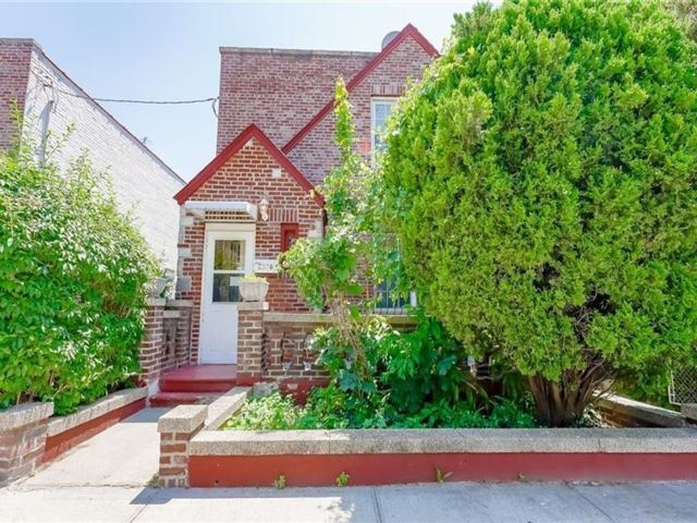 3 BR,  2.00 BTH House style home in Soundview