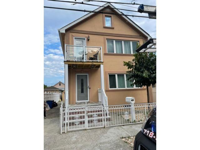6 BR,  3.00 BTH Colonial style home in Midland Beach