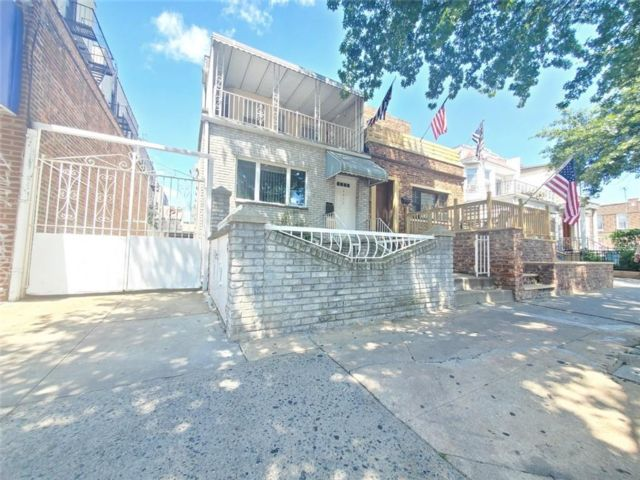 6 BR,  2.00 BTH Multi-family style home in Bensonhurst