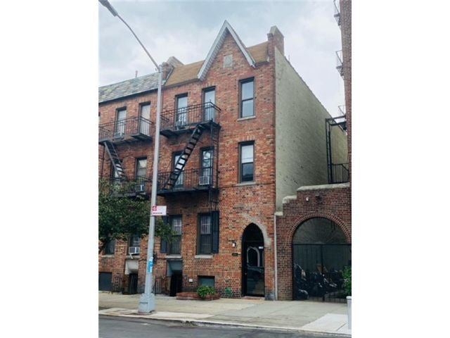6 BR,  0.00 BTH Multi-family style home in Sunset Park