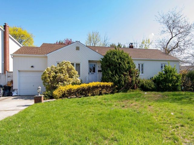 3 BR,  2.50 BTH Ranch style home in Plainview
