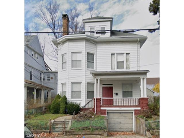 7 BR,  2.50 BTH Colonial style home in Paterson