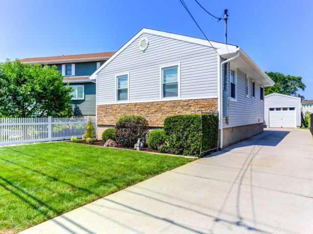 2 BR,  1.50 BTH Ranch style home in Massapequa