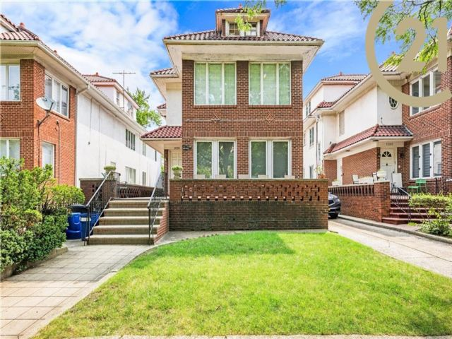 8 BR,  0.00 BTH Multi-family style home in Midwood