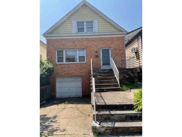 4 BR,  2.50 BTH Contemporary style home in Bayonne