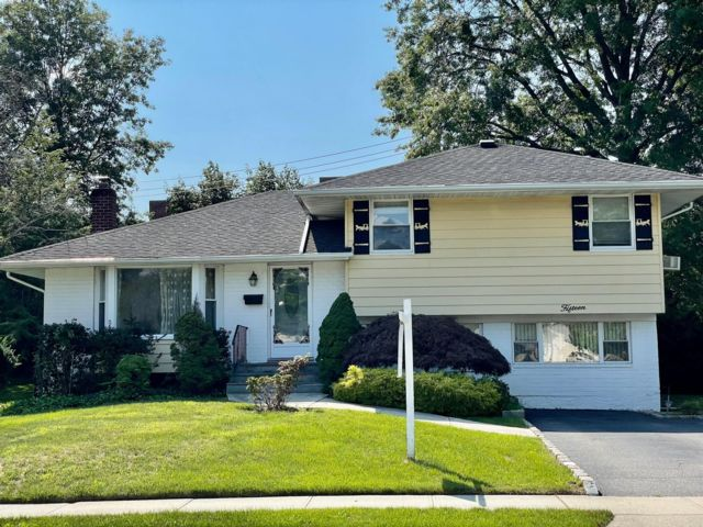 3 BR,  2.00 BTH Split ranch style home in Jericho