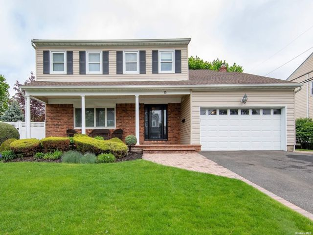 4 BR,  2.50 BTH Colonial style home in Syosset