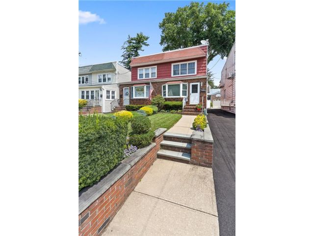 3 BR,  2.00 BTH Single family style home in Little Neck