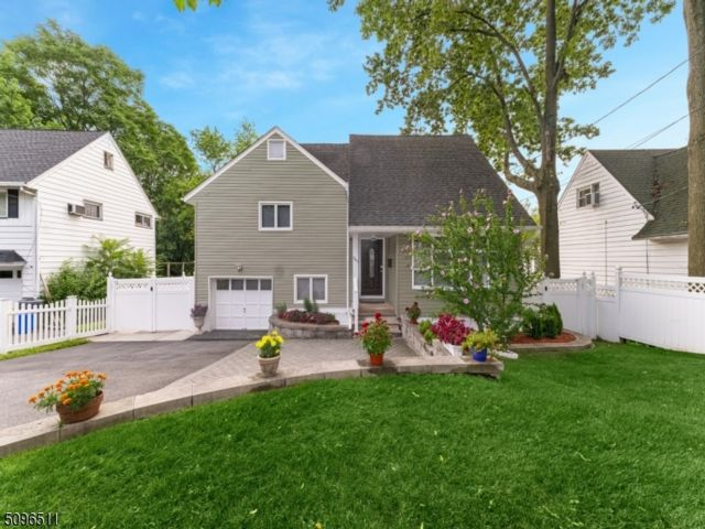 3 BR,  2.50 BTH Split level style home in Teaneck