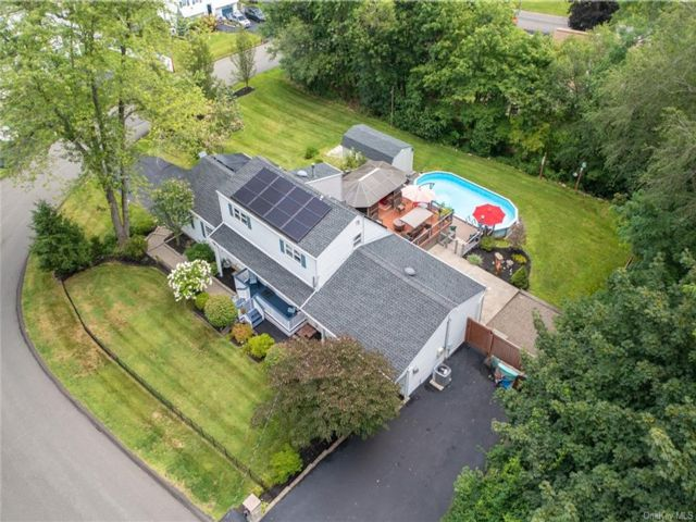 4 BR,  2.00 BTH Cape style home in Clarkstown