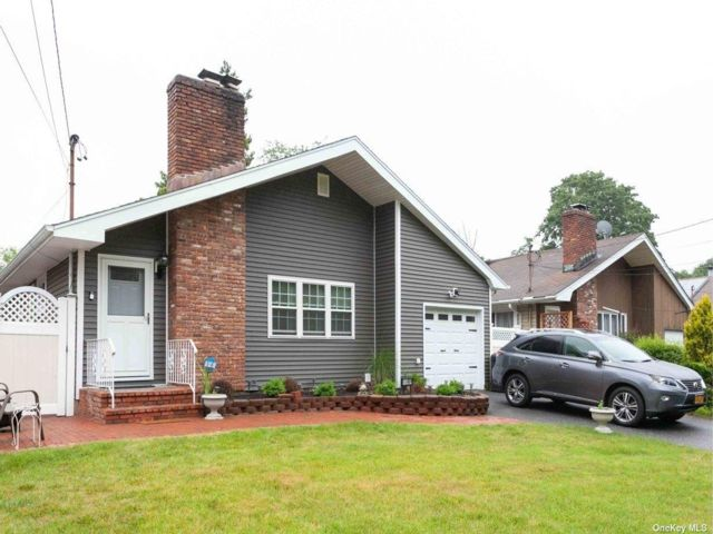 3 BR,  2.50 BTH Ranch style home in Melville