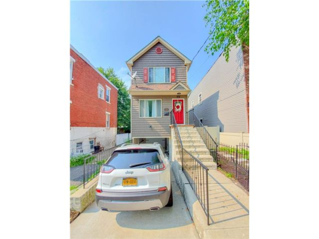 3 BR,  3.00 BTH Single family style home in New Brighton