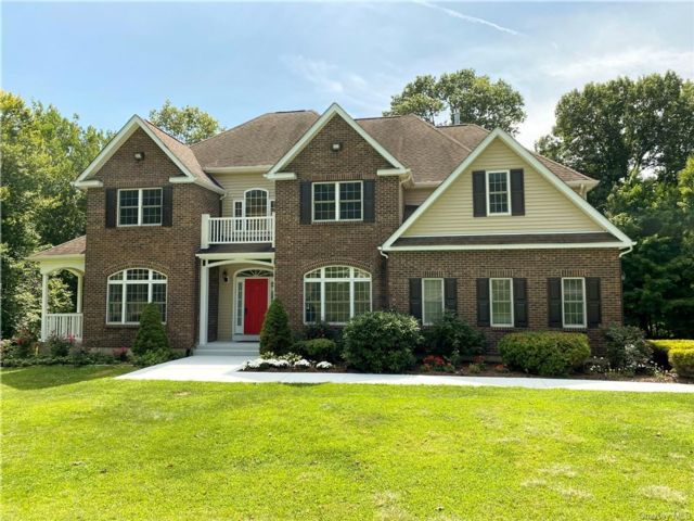 4 BR,  4.00 BTH Colonial style home in Newburgh