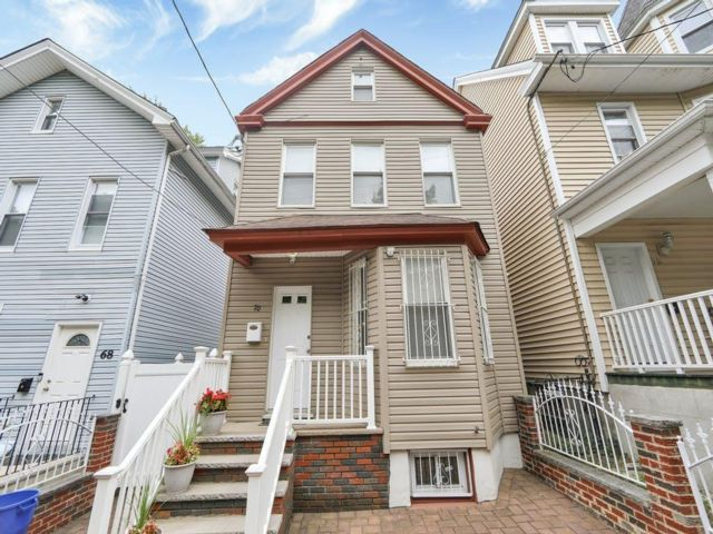 3 BR,  3.00 BTH Colonial style home in Newark