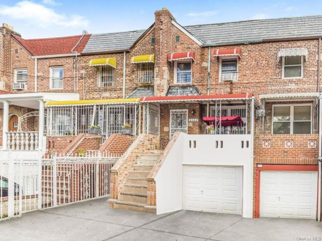 2 BR,  2.00 BTH House style home in Wakefield