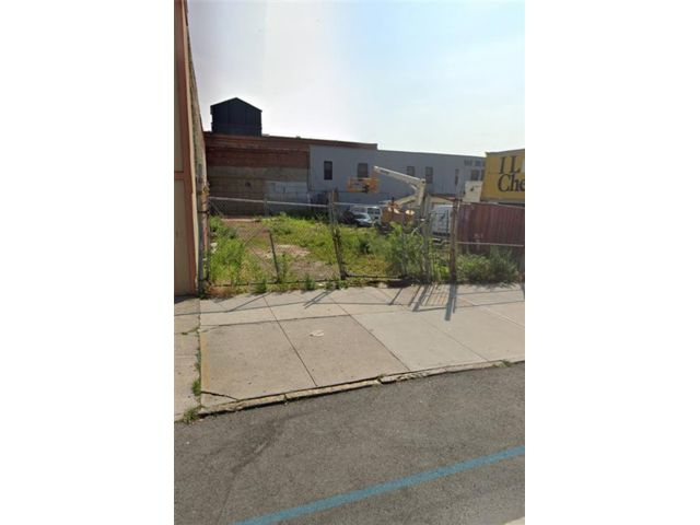 Lot <b>Size:</b>  Land style home in Sunset Park