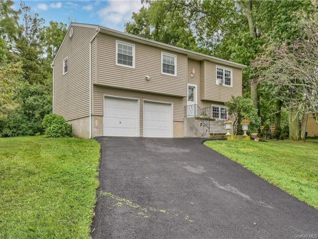 3 BR,  2.00 BTH Raised ranch style home in Newburgh