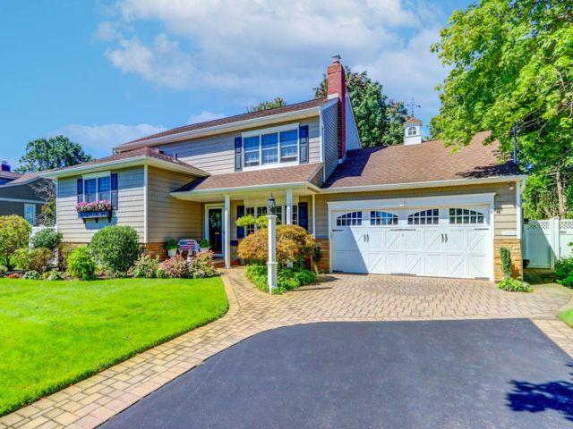 4 BR,  2.55 BTH Split-level style home in Massapequa
