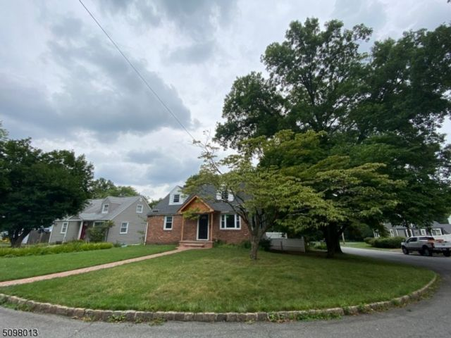 4 BR,  2.50 BTH Cape cod style home in Summit