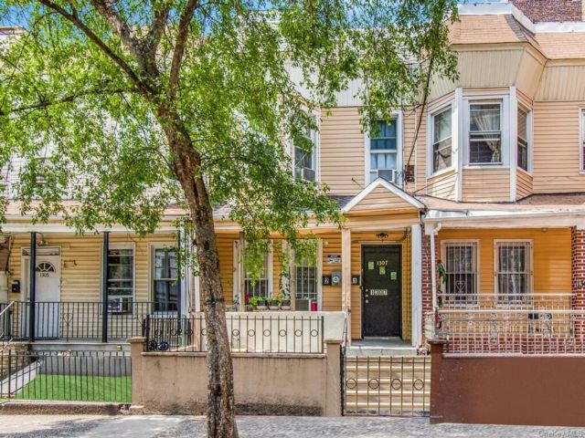 5 BR,  2.00 BTH 2 story style home in Morrisania