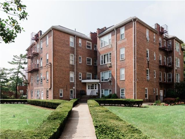 2 BR,  2.00 BTH Garden apartmen style home in New Rochelle