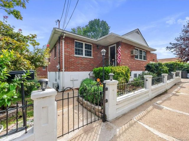 5 BR,  2.00 BTH Split level style home in City Island