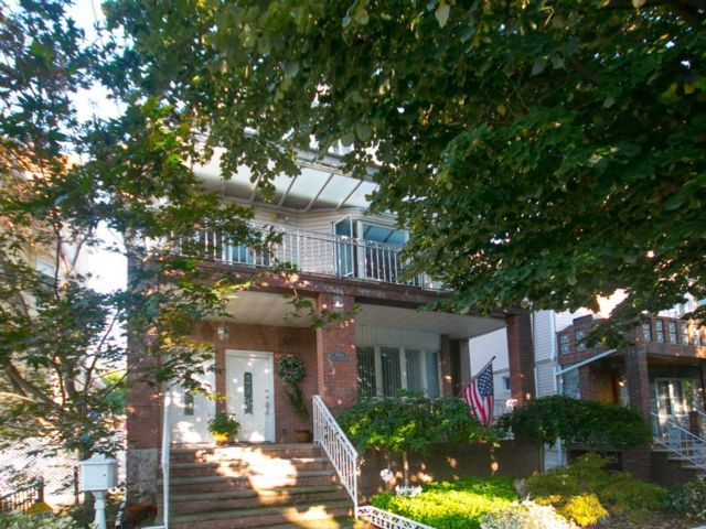 5 BR,  4.00 BTH Multi-family style home in Midwood