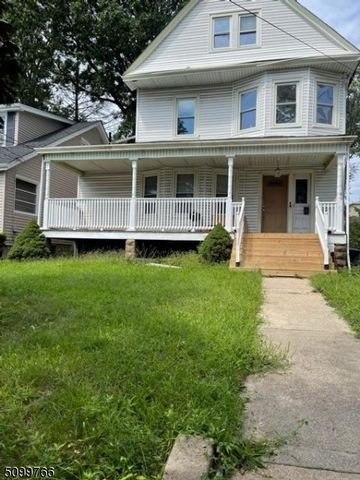 5 BR,  3.00 BTH Colonial style home in Bloomfield