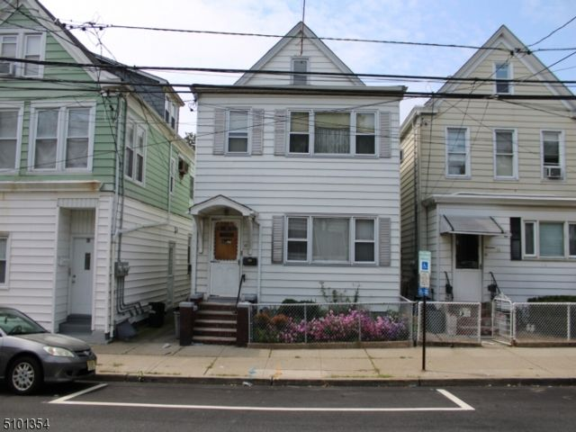 5 BR,  2.00 BTH Multi-family style home in Clifton