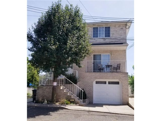 4 BR,  3.50 BTH Multi-family style home in Tottenville