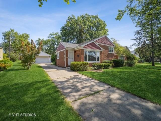 3 BR,  2.00 BTH Bi-level style home in Des Plaines