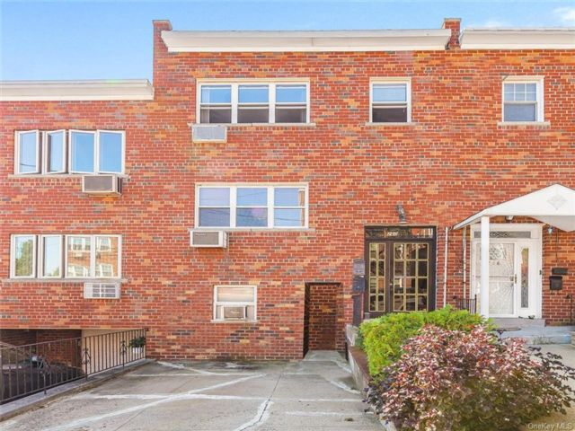5 BR,  2.00 BTH Colonial style home in Woodlawn