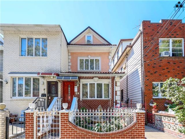 6 BR,  3.00 BTH Single family style home in Gravesend