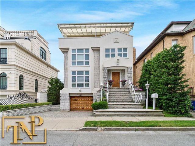 4 BR,  4.00 BTH Single family style home in Manhattan Beach