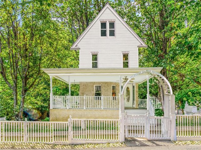 4 BR,  3.00 BTH Colonial style home in Yonkers