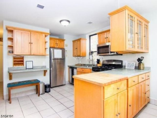 2 BR,  1.50 BTH House style home in Jersey City