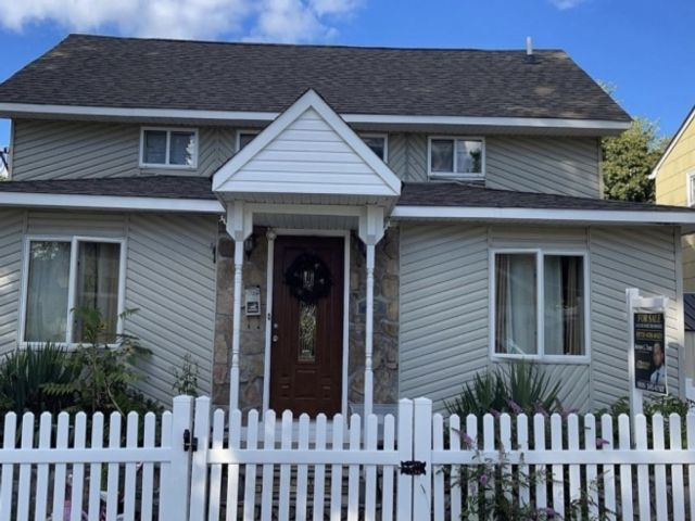 5 BR,  3.50 BTH Cape cod style home in Bloomfield