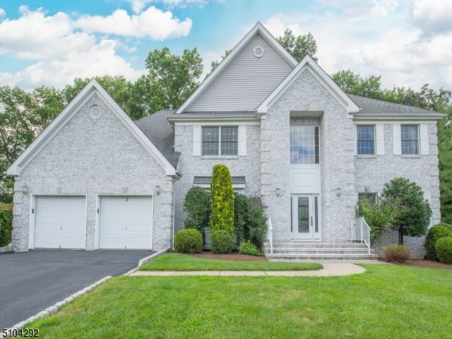 5 BR,  2.50 BTH Colonial style home in Fairfield