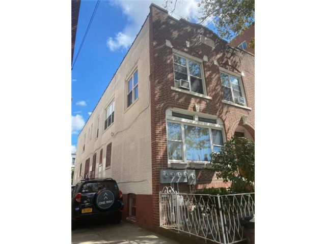 6 BR,  5.00 BTH Multi-family style home in Gravesend