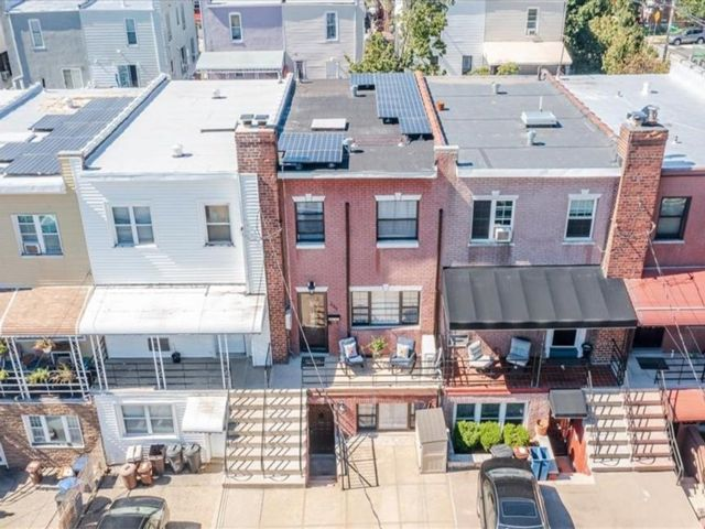 3 BR,  3.00 BTH Townhouse style home in Throggs Neck
