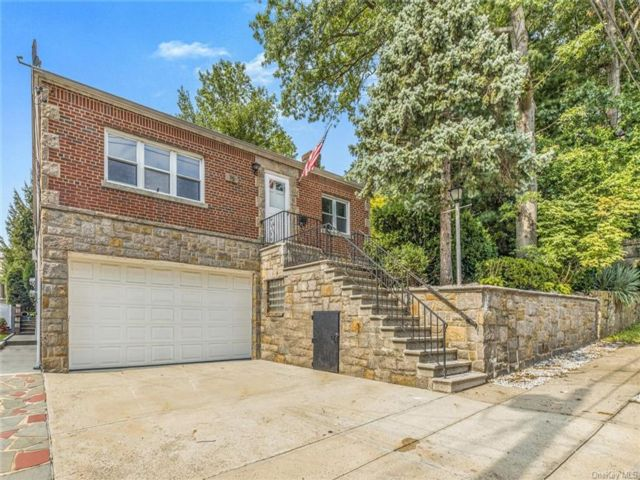 5 BR,  2.00 BTH Ranch style home in Yonkers