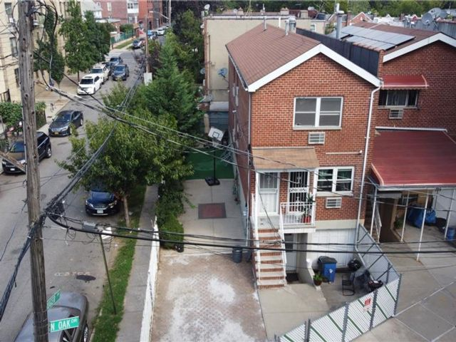 6 BR,  3.00 BTH Townhouse style home in Mosholu