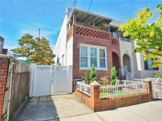 5 BR,  0.00 BTH Multi-family style home in Gravesend