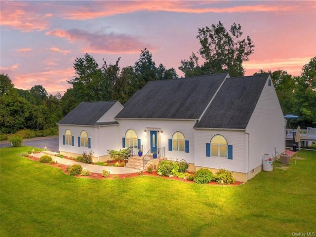 3 BR,  3.00 BTH Ranch style home in New Windsor