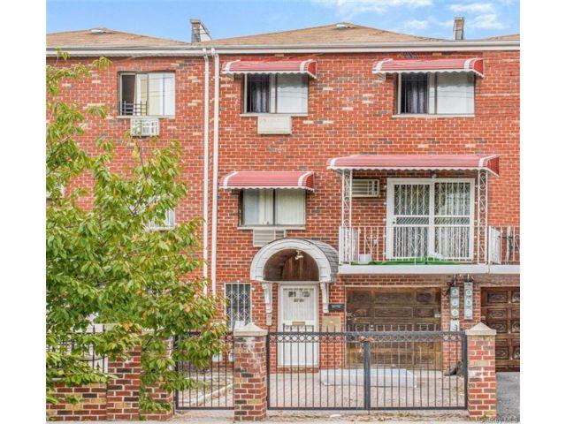 8 BR,  5.00 BTH Colonial style home in Esplanade
