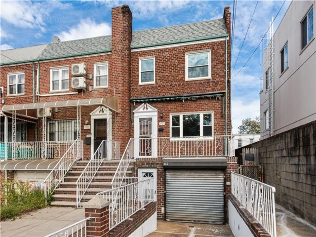 4 BR,  2.50 BTH Multi-family style home in Gravesend