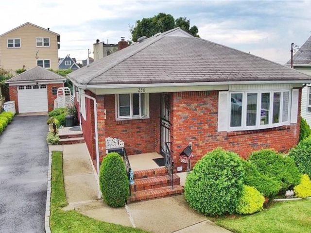 3 BR,  2.00 BTH Single family style home in Manor Heights