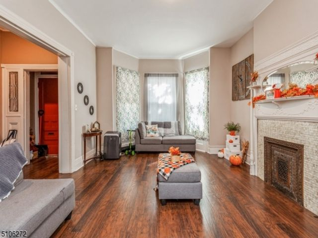 5 BR,  1.00 BTH Colonial style home in Newark