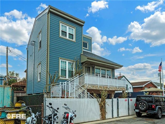 3 BR,  2.00 BTH Single family style home in Gerritsen Beach