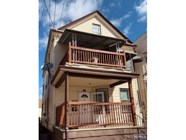 5 BR,  3.50 BTH 2 family style home in Paterson